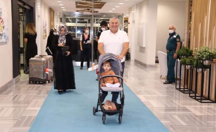 ABD'de tedavisi tamamlanan Ahmet bebek Alanya'ya döndü