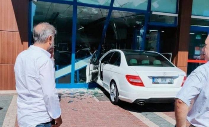 Alanya'da araç markete daldı