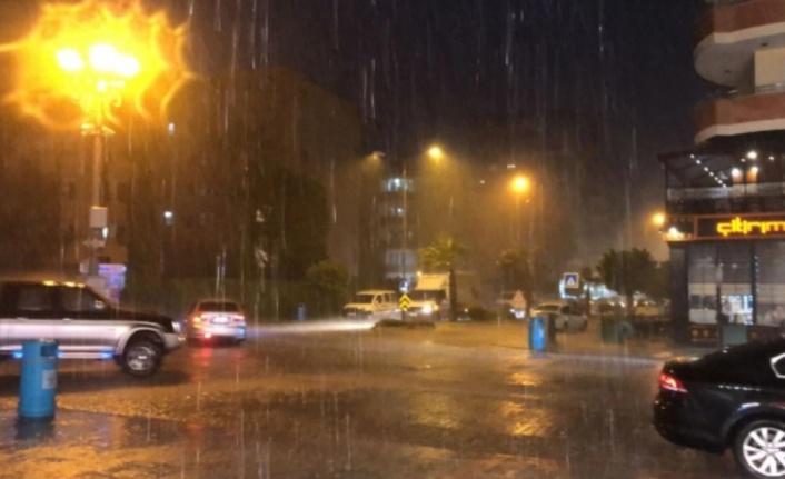 Alanya'ya yağmur fırtınayla birlikte geldi