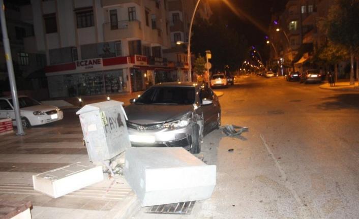 Alkollü sürücünün karıştığı kazada araçlardan biri enerji panosunu devirdi