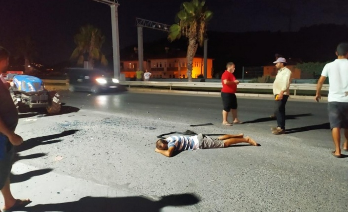 Gazipaşa'da traktöre çarpan sürücü otomobilin camından yola fırladı