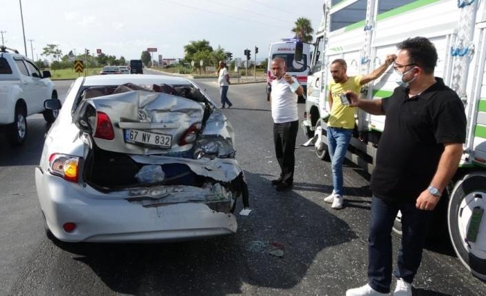 """Kırmızı ışıkta bekleyen otomobile kamyon çarptı, şoför tepki gösterdi: """"Ukala ukala araç kullanıyorlar"""""""
