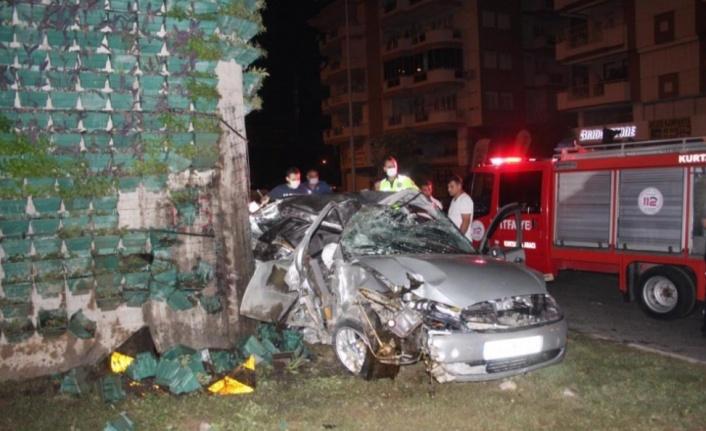 Kontrolden çıkan otomobil köprüye saplandı: 1 ölü, 3 yaralı var