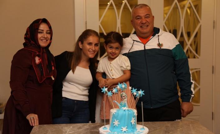 Minik Ahmet ilk adımını atmanın mutluluğunu Mehmet amcası ile paylaştı