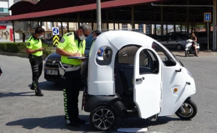 Otomobil, motorlu bisiklete çarptı: 1 yaralı var