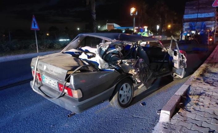 Traktöre çarpan sürücü otomobilin camından yola fırladı