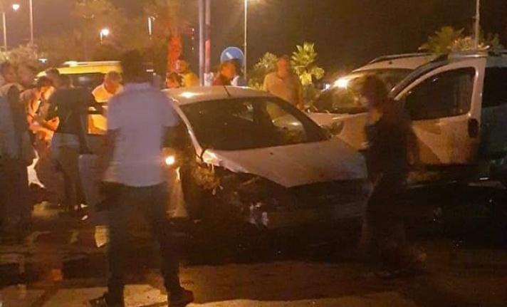 Alanya'da 2 araç birbirine girdi! Ortalık savaş alanına döndü