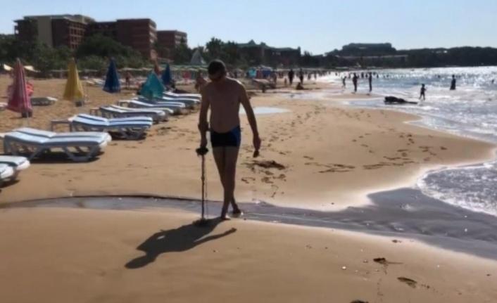 Alanya'da Rus turist elinde dedektörle sahile koştu