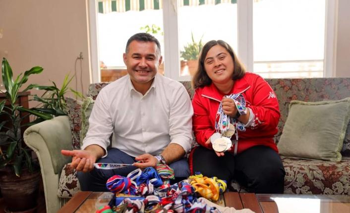 Başkan Yücel'den şampiyon Dilara'ya evinde ziyaret