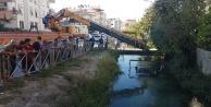Virajı alamayan otomobil sulama kanalına uçtu