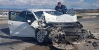 Otomobil traktör römorkuna çarptı: 4 yaralı