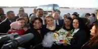 Enç, Antalyada çiçeklerle karşılandı