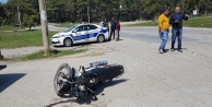 Motosiklet otomobile çarptı: 2 yaralı var