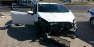 Öğrenci servisi ile otomobil çarpıştı: 1 yaralı