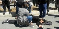 Otomobil çiçek diken işçilere çarptı: 3 yaralı var