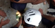 Suriyeli kız elektrik direği için açılan deliğe sıkıştı