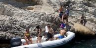 Maceracı Rus turistleri kayalıklarda gören telefona sarılıyor