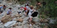 Turistler belediye işçileri ile çöp topladı