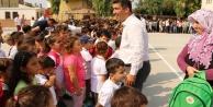 Güneş altında bekleyen çocukları protokole alan başkan, kendi ayakta bekledi