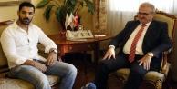 Vali Karaloğlu, Bollywood yıldızı Abrahamı makamında kabul etti