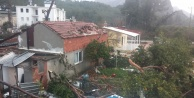 Sabaha karşı etkili olan fırtına ortalığı yıktı