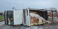 Gıda yüklü kamyon devrildi, karayolu pazara döndü