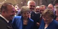 NATO Zirvesinde ilginç kare: Çavuşoğlu herkese izletti