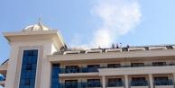 Otelin çatısındaki duman turistlere panik yaşattı