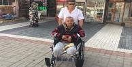 Tekerlekli sandalye üzerinde geçim mücadelesi veriyor