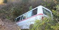 Yoldan çıkan öğrenci servisi 150 metrelik şarampole inip yan yattı: 3 yaralı var