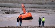 Boğaçayda iş makinesi suya gömüldü