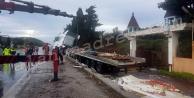 Alanya'da korkutan kaza! Yol domates tarlasına döndü