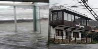 Alanyada çatılar uçtu, iş yerlerini su bastı!