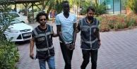 Elindeki taşla sokakta dehşet yaşatan Sudanlı yargılanıyor