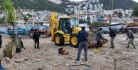 Fırtınada kapanan sahil yolu açıldı