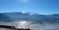 Soğuk hava Antalyadaki gölü dondurdu!