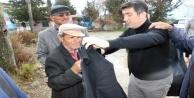 Gazipaşa'nın başkan adayı üşüyen adama paltosunu verdi