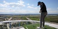 114 metrelik kulenin zirvesinde golf oynadılar