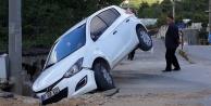 Alanya#039;da görenleri şaşırtan kaza! Araç asılı kaldı