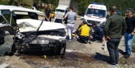 Antalyada iki otomobil kafa kafaya çarpıştı: 2 yaralı