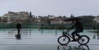 Antalya#039;da yaz yağmuru ıslattı