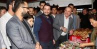 Bakan Çavuşoğlu vatandaşa çay simit ikram etti