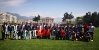 Genç erkeklerden futbol ziyafeti