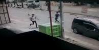 Köpeklerin saldırdığı öğrenciler otomobilin altında kalmaktan son anda kurtuldu