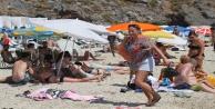 Alanya#039;da aşırı sıcaktan bunalan tatilciler sahile akın etti