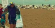 Alanya#39;da şiddetli yağmura plajda yakalandılar