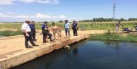 Polis sulama kanallarına giren çocukları tek tek uyardı