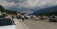 Antalya#039;da iki araç kafa kafaya çarpıştı: 6 yaralı