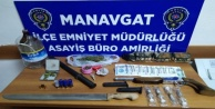 Polisten kaçan otomobilde uyuşturucu, silah ve yabancı para ele geçirildi