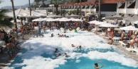 Alanya#039;da turistlerden havuz başında yazın son partisi